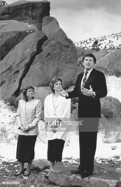 Special to Newsday 5/5/87 Hart years Gary Hart with wife Lee and daughter Andrea announces his candidacy for Democratic nomination for president at...
