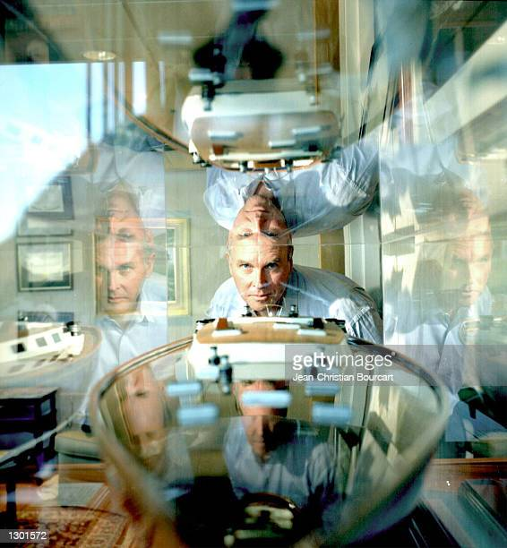 DNA specialist Dr J Craig Venter poses in his laboratory at the Institute for Genomic Sciences December 1 1997 in Rockville MD Venter will announce...