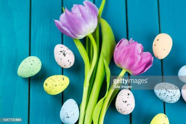 Speckled dyed Easter eggs with fresh tulips