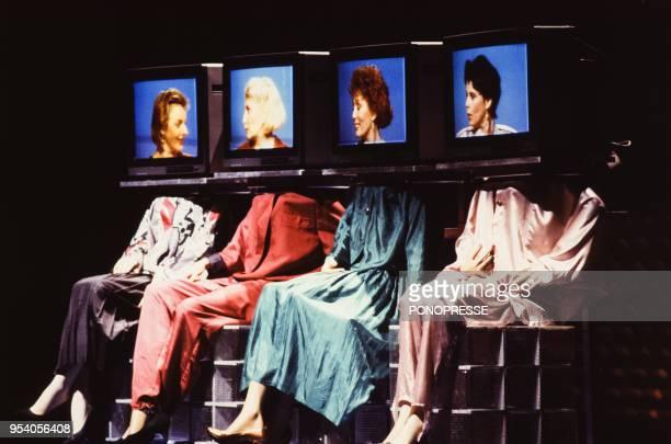 Spectacle avec plusieurs écrans de télé lors du lancement de la chaîne de télévision TQS en septembre 1986 à Montréal Canada
