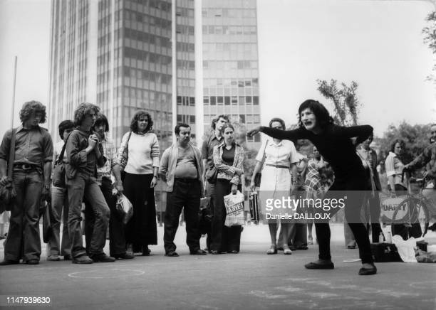 Spectacle de mime devant la gare Montparnasse à Paris en 1977 France