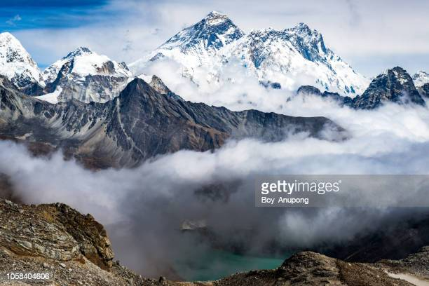 spectacular landscape of mt.everest (8,848 metres) view from renjo la pass (5,340 m) - coberto de neve - fotografias e filmes do acervo