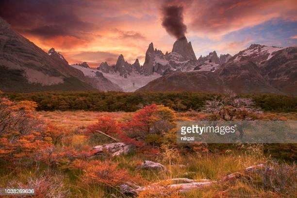 spektakulären sonnenuntergang über fitzroy berg mit autmun farben und wolken sieht aus wie vulcano ausbruch patagonien argentinien - patagonische anden stock-fotos und bilder
