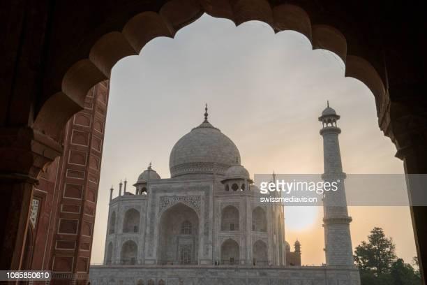 日の出、インドのタージ ・ マハルの壮大な眺め - 国際連合教育科学文化機関 ストックフォトと画像