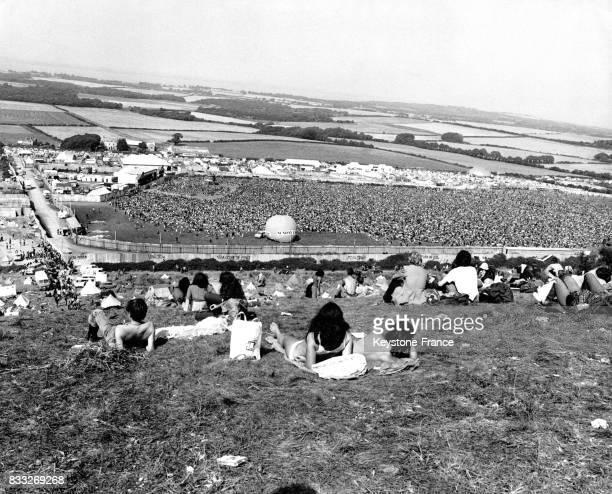 Spectateurs assistant à un concert pendant le festival de l'Ile de Wight à Newport RoyaumeUni le 29 août 1970