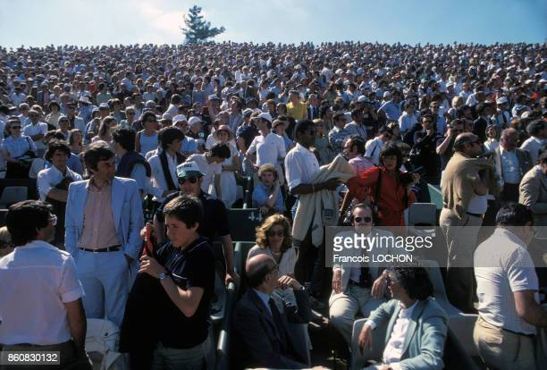 Spectateurs dans les tribunes du stade RolandGarros lors de la finale du tournoi de tennis avec au premier plan assis à droite l'acteur Jack...