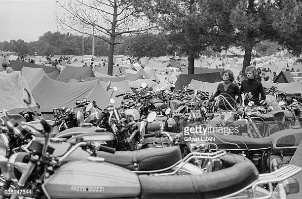 120 000 spectateurs dont beaucoup de motards assistent au 39ème Bol d'Or au Mans France les 20 et 21 septembre 1975