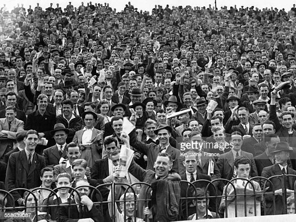 Spectateurs du match de football entre Chelsea et Bolton en ouverture du championnat d'Angleterre le 26 août 1939 à Londres RoyaumeUni