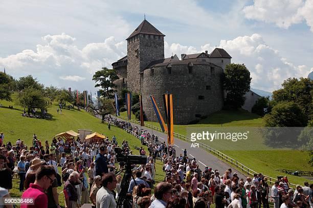 Spectateurs et décorations aux abords du château de Vaduz lors de la fête Nationale le 15 août 2016 à Vaduz Liechtenstein