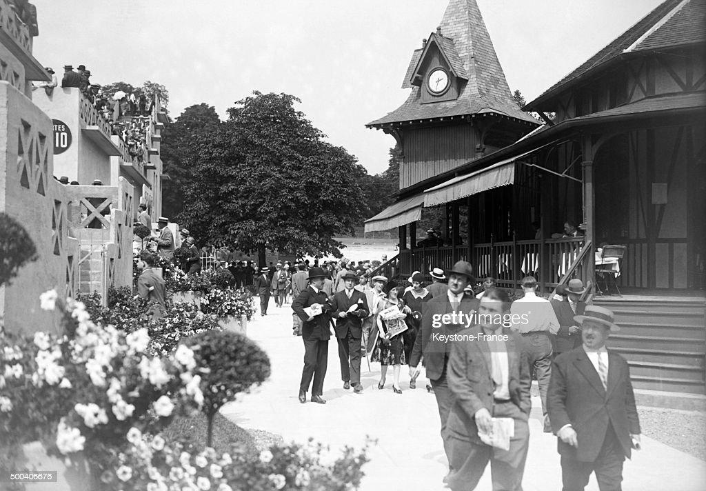 Spectateurs se promenant derriere les tribunes du stade Roland-Garros lors de la finale de la Coupe Davis en juillet 1929 a Paris, France.