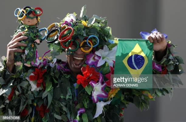 TOPSHOT A spectator poses ahead of the Women's Marathon during the athletics event at the Rio 2016 Olympic Games at Sambodromo in Rio de Janeiro on...