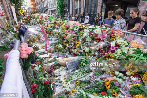 Spectators and well-wishers pay their last respects to murdered Dutch investigative journalist Peter R. De Vries on Leidsedwarsstraat street. Dutch...