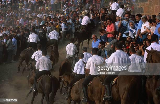 Spectators at a S'Ardia horse race.