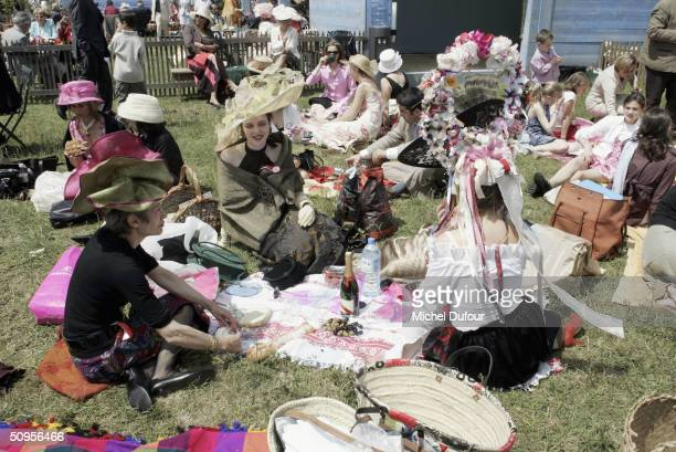 Spectators attend the Prix de Diane Hermes on June 13 2004 in Chantilly France picnic