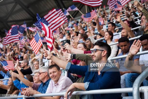 Spectateurs applaudir au stade