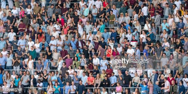 スタジアムで応援する観客 - 群衆 ストックフォトと画像