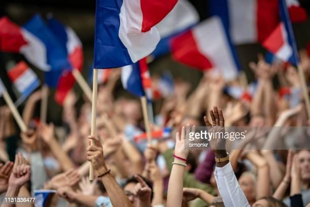 toeschouwers juichen in het stadion - franse vlag stockfoto's en -beelden