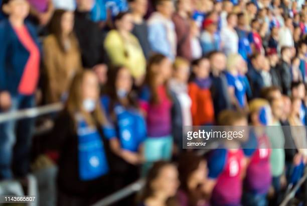 toeschouwers juichen in het stadion - softfocus stockfoto's en -beelden