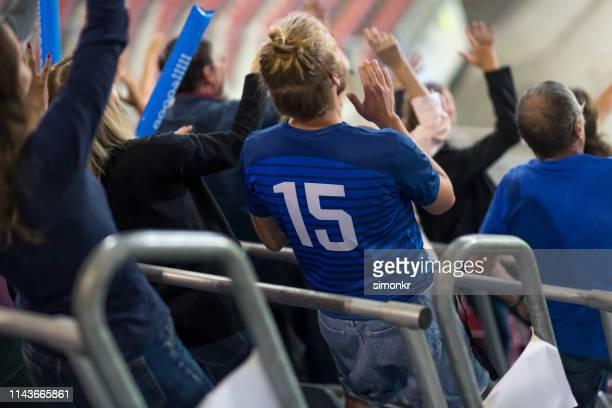 spectateurs encourageant dans le stade - tenue de football photos et images de collection