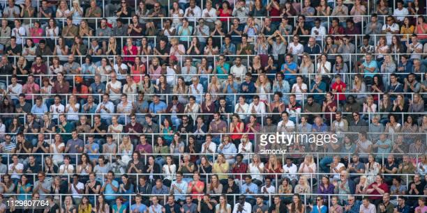 観客のスタジアムで手をたたく - 競技試合 ストックフォトと画像