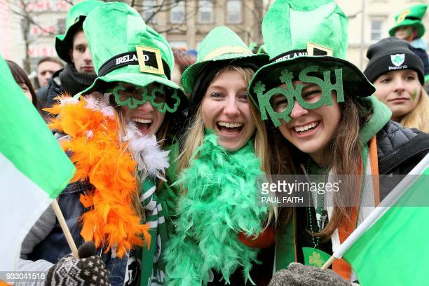 Spectators in fancy dress and face paint line the streets during the St Patrick's Day parade in Dublin on March 17 2018 / AFP PHOTO / Paul FAITH