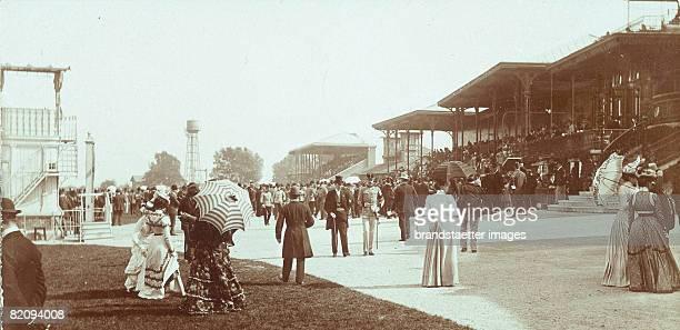 Spectators on a horse race track, Vienna, Austria, Photograph, Around 1890 [Zuschauer auf der Pferderennbahn Freudenau, Wien, ?sterreich,...