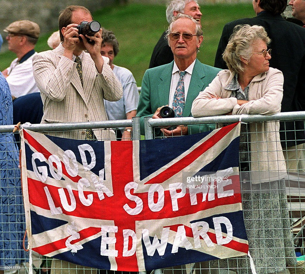 Spectators outside the Windsor Castle on the route : News Photo