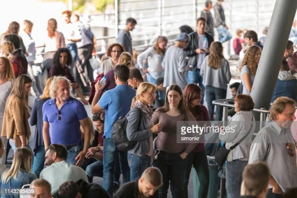 Zuschauer stehen im Stadion