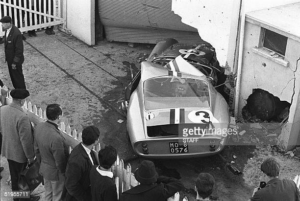 Spectators surround the Ferrari of former French Olympic skiing champion Henri Oreiller after it crashed 07 October 1962 in Monthlery during the...
