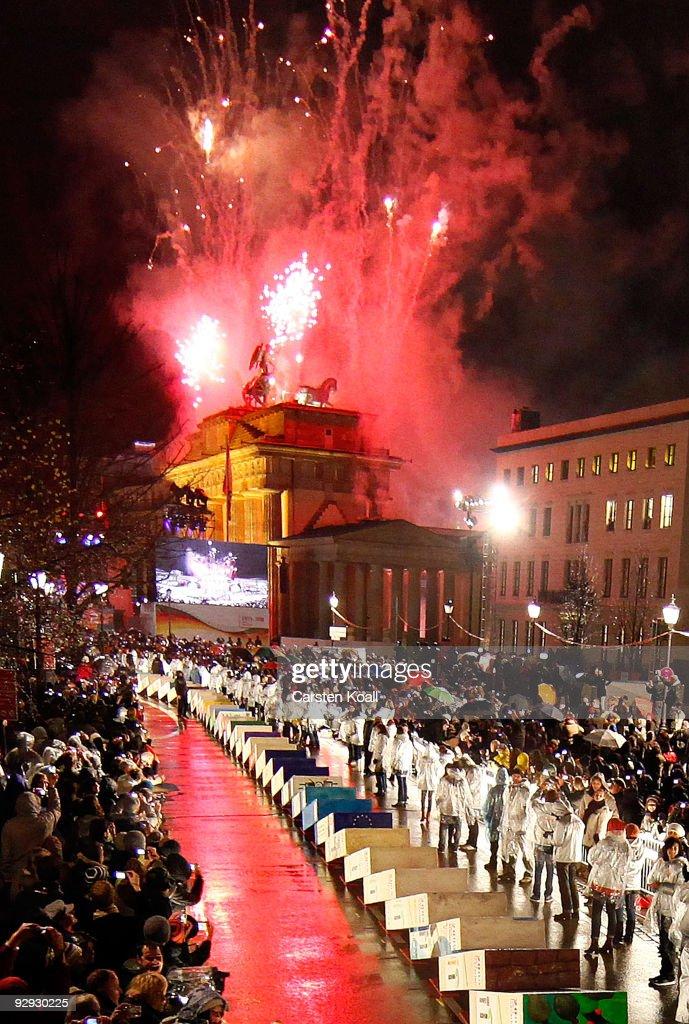 Germany Celebrates 20 Years Fall Of The Berlin Wall : Fotografía de noticias