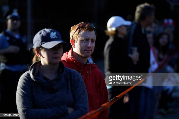 Spectators watch runners participate in the Chicago Marathon on October 8 2017 in Chicago Illinois / AFP PHOTO / Joshua Lott