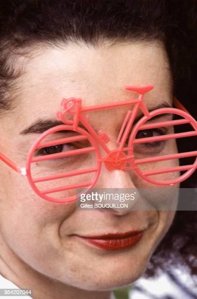 c45e2f90ef Spectatrice au départ du Tour de France féminin le 12 juillet 1989 France