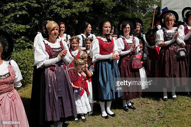 Spectatrices portant des vêtements traditionnels lors de la fête Nationale, le 15 août 2016, à Vaduz, Liechtenstein.