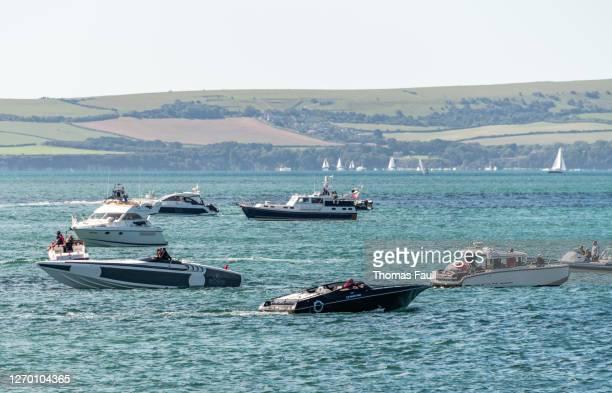 ボーンマスのプールベイのスピードボートとレジャークラフト - プール湾 ストックフォトと画像