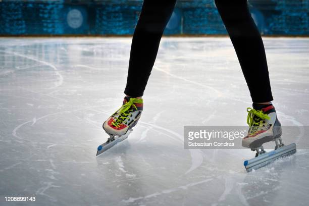 speed skating in training lessons. - world sports championship photos et images de collection