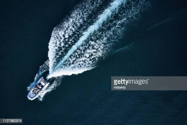 Lancha de corrida ao longo do mar aberto