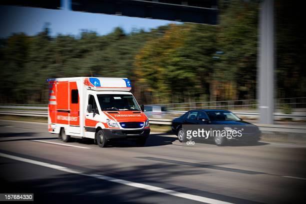 Beschleunigung deutsche Rettungswagen auf dem highway
