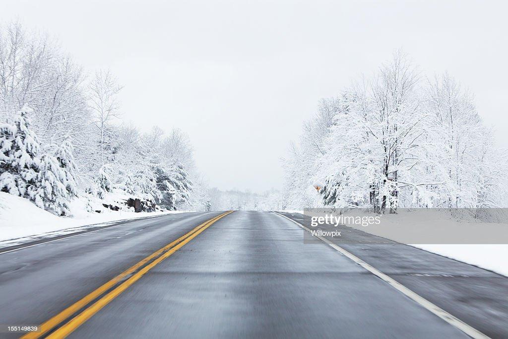 Excesso de velocidade na estrada de inverno : Foto de stock
