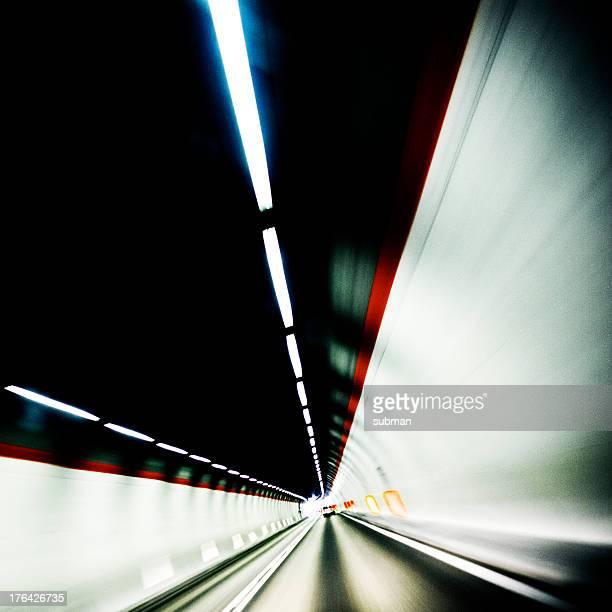 Avanzado a través del túnel
