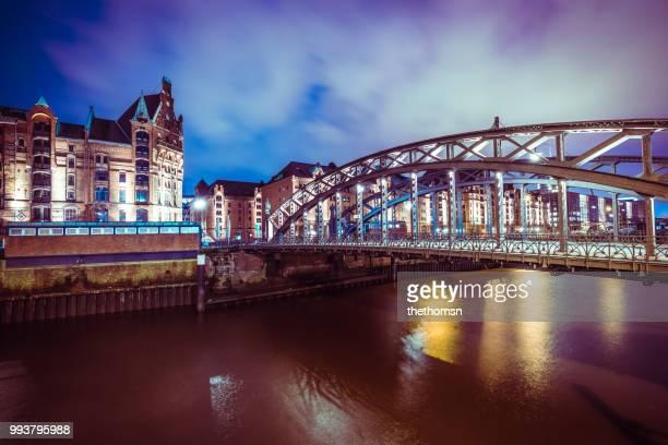 speicherstadt, steely bridge and river elbe at night, hamburg, germany - エウロパ ストックフォトと画像