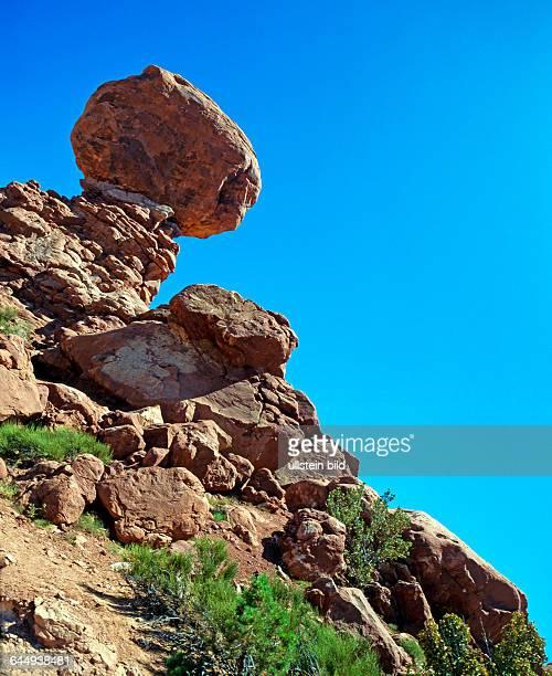 Spektakulaere Naturlandschaft der Balanced Rock ein bizarr erodierter Rotsandsteinfelsen im Arches Nationalpark in Utah USA