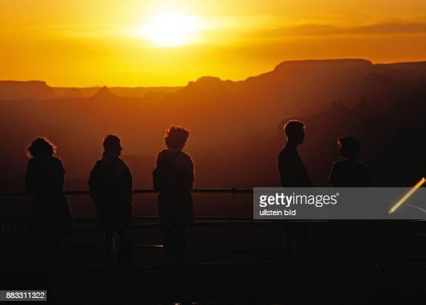 Spektakulaere Naturlandschaft Touristen bei Sonnenaufgang am Mather Point am South Rim im Grand Canyon des Colorado River in Arizona USA