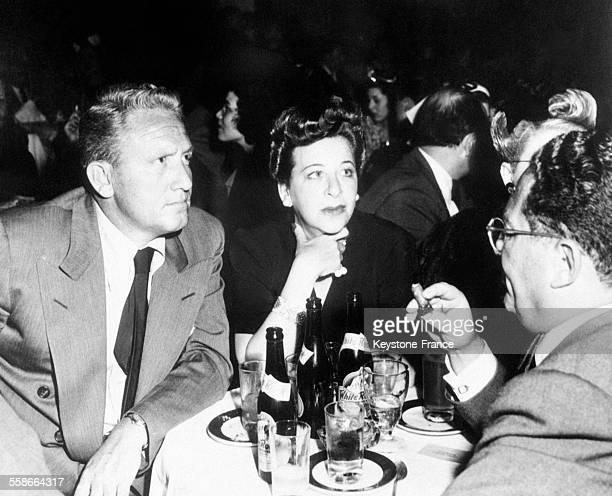 Spencer Tracy et Fanny Brice photographiés dans un nightclub à Hollywood Californie EtatsUnis en mai 1945