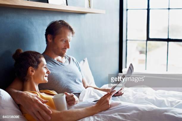 spending a relaxing morning in bed - mid volwassen stockfoto's en -beelden
