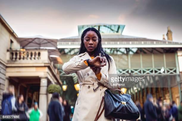 Een weekend uitgaven in Londen, vrouw lopen in het centrum van