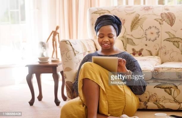 ソーシャルメディアで彼女の週末をすべて過ごす - スカーフ ストックフォトと画像