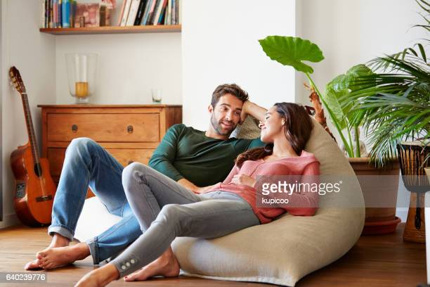spending the day chilling together - koppel stockfoto's en -beelden