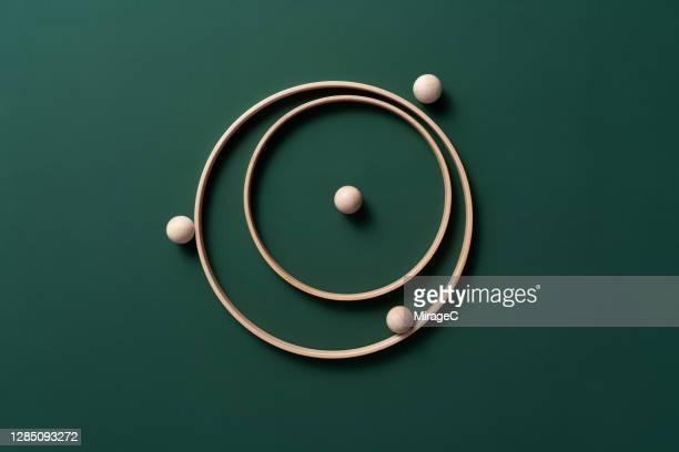 spheres orbiting rings - orbiting fotografías e imágenes de stock