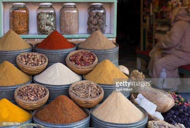 spice market in the medina, marrakech, morocco - tajine fotografías e imágenes de stock