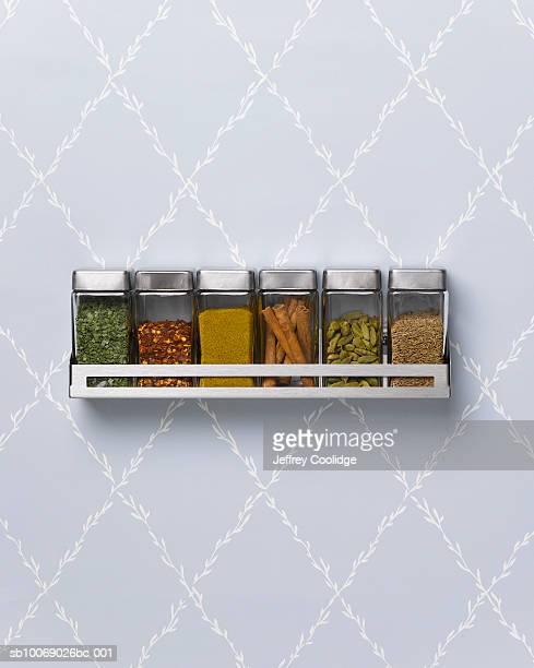 spice rack hanging on wall - condimento temperos - fotografias e filmes do acervo